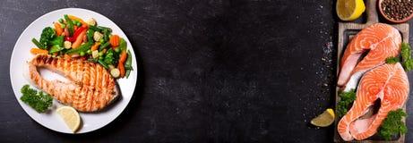 Πιάτο της ψημένης στη σχάρα μπριζόλας σολομών με τα λαχανικά Στοκ Φωτογραφίες