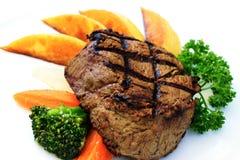 Πιάτο της ψημένης στη σχάρα tenderloin βόειου κρέατος μπριζόλας με τις πατάτες στοκ φωτογραφία με δικαίωμα ελεύθερης χρήσης