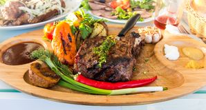 Πιάτο του ευώδους κρέατος αλόγων με τα λαχανικά στοκ εικόνες
