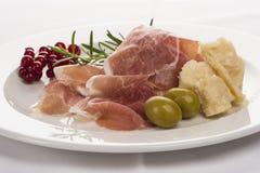 Πιάτο του ζαμπόν με το τυρί, το μαϊντανό και τις σταφίδες στοκ εικόνα