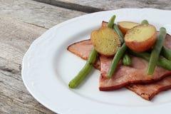 Πιάτο του ζαμπόν, των πράσινων φασολιών και της πατάτας κορφολόγων στοκ φωτογραφίες με δικαίωμα ελεύθερης χρήσης