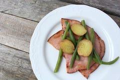 Πιάτο του ζαμπόν, των πράσινων φασολιών και της πατάτας κορφολόγων στοκ εικόνες