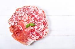 Πιάτο του διάφορου ζαμπόν και του σαλαμιού Στοκ Φωτογραφία