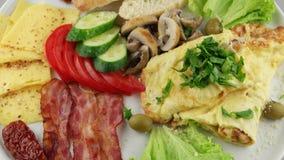 Πιάτο του προγεύματος με το αναγνωριστικό σήμα και τα λαχανικά (βρόχος) φιλμ μικρού μήκους
