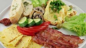 Πιάτο του προγεύματος με το αναγνωριστικό σήμα και τα λαχανικά (βρόχος) απόθεμα βίντεο