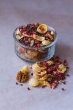 Πιάτο του σπιτικού muesli με τα δημητριακά, πάγωμα - ξηρά φράουλα, ξύλα καρυδιάς, σφαίρες σοκολάτας, σπόροι κολοκύθας Στοκ Εικόνες