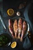 Πιάτο του τηγανισμένων μικρών κόκκινων κεφάλου και του λεμονιού ψαριών Στοκ Φωτογραφίες