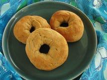 Πιάτο του φρέσκου ψημένου ιταλικού σπόρου γλυκάνισου donuts στο μπλε και πράσινο τραπεζομάντιλο με το αναδρομικό σχέδιο Στοκ εικόνα με δικαίωμα ελεύθερης χρήσης