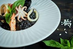 Πιάτο του risotto με το μελάνι καλαμαριών στο γκρίζο πιάτο jpg Στοκ φωτογραφίες με δικαίωμα ελεύθερης χρήσης