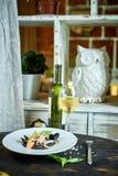 Πιάτο του risotto με το μελάνι καλαμαριών στο γκρίζο πιάτο jpg Στοκ Εικόνα
