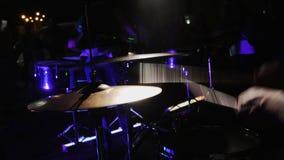 Πιάτο τυμπάνων παιχνιδιού χεριών τυμπανιστών στη συναυλία βράχου απόθεμα βίντεο