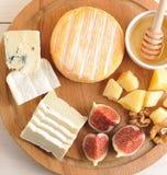 Πιάτο τυριών - διάφοροι τύποι τυριού, μελιών και σύκων στοκ εικόνα με δικαίωμα ελεύθερης χρήσης