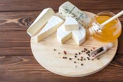 Πιάτο τυριών με τη Brie, Camembert, Roquefort Στοκ Φωτογραφίες