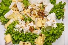 Πιάτο τυριών που εξυπηρετείται στον πίνακα στοκ φωτογραφίες με δικαίωμα ελεύθερης χρήσης