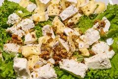 Πιάτο τυριών που εξυπηρετείται στον πίνακα στοκ εικόνα με δικαίωμα ελεύθερης χρήσης