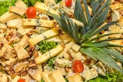 Πιάτο τυριών που εξυπηρετείται στον πίνακα στοκ εικόνες