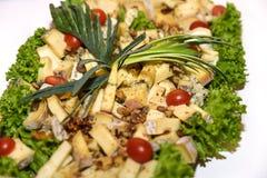 Πιάτο τυριών που εξυπηρετείται στον πίνακα στοκ εικόνες με δικαίωμα ελεύθερης χρήσης