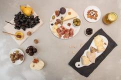 Πιάτο τυριών σύνθεσης τροφίμων με το τυρί, ξηρά κρέατα, διάφορο FR Στοκ φωτογραφία με δικαίωμα ελεύθερης χρήσης