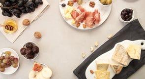 Πιάτο τυριών σύνθεσης τροφίμων με το τυρί, ξηρά κρέατα, διάφορο FR Στοκ Φωτογραφία