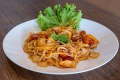 Πιάτο των εύγευστων ιταλικών μακαρονιών με τη σάλτσα ντοματών στοκ φωτογραφία με δικαίωμα ελεύθερης χρήσης