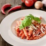 Πιάτο των ζυμαρικών penne με τη σάλτσα arrabiata Στοκ Εικόνες