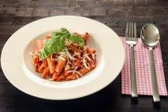Πιάτο των ζυμαρικών penne με τη σάλτσα arrabiata Στοκ φωτογραφίες με δικαίωμα ελεύθερης χρήσης