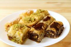 Πιάτο των ζυμών Baklava στις διαφορετικές γεύσεις που εξυπηρετούνται στο στοκ φωτογραφία