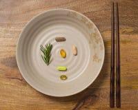 Πιάτο των διαιτητικών συμπληρωμάτων στον ηλικίας ξύλινο πίνακα Στοκ φωτογραφία με δικαίωμα ελεύθερης χρήσης