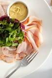 Πιάτο των κρύων ντοματών τυριών αιγών περικοπών Στοκ εικόνες με δικαίωμα ελεύθερης χρήσης