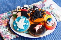 Πιάτο των μπισκότων αποκριών στην πετσέτα Στοκ φωτογραφία με δικαίωμα ελεύθερης χρήσης