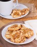 Πιάτο των μπισκότων καραμέλας της Apple Στοκ Φωτογραφίες