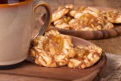 Πιάτο των μπισκότων καραμέλας της Apple Στοκ Εικόνα