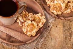 Πιάτο των μπισκότων καραμέλας της Apple Στοκ Εικόνες