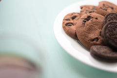 Πιάτο των μπισκότων με το φοντάν και marshmallow σοκολάτας σε ένα backg Στοκ Εικόνα