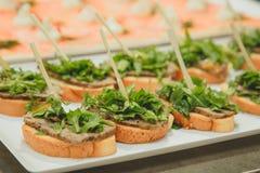 Πιάτο των σάντουιτς και του γεμίσματος στο baguette οδοντογλυφιδών, μαρούλι βόειου κρέατος Στοκ εικόνα με δικαίωμα ελεύθερης χρήσης