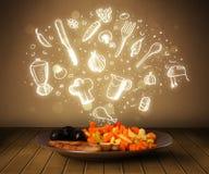 Πιάτο των τροφίμων με τα άσπρα συρμένα χέρι εικονίδια και τα σύμβολα Στοκ Εικόνες