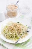Πιάτο των χορτοφάγων ζυμαρικών με τα κολοκύθια και τα καρύδια, κάθετο Στοκ Εικόνες