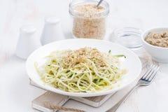 πιάτο των χορτοφάγων ζυμαρικών με τα κολοκύθια και τα καρύδια στον άσπρο πίνακα Στοκ Εικόνες