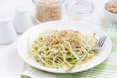 Πιάτο των χορτοφάγων ζυμαρικών με τα κολοκύθια και τα καρύδια Στοκ Εικόνες