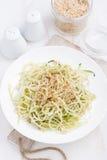 Πιάτο των χορτοφάγων ζυμαρικών με τα κολοκύθια και τα καρύδια Στοκ φωτογραφίες με δικαίωμα ελεύθερης χρήσης