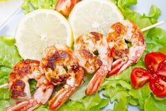 Πιάτο των ψημένων στη σχάρα γαρίδων με τις ντομάτες σαλάτας και κερασιών Στοκ Φωτογραφίες