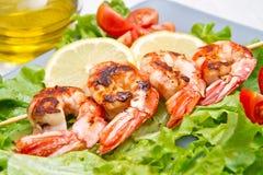 Πιάτο των ψημένων στη σχάρα γαρίδων με τις ντομάτες σαλάτας και κερασιών Στοκ φωτογραφία με δικαίωμα ελεύθερης χρήσης