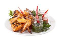 Πιάτο των ψημένων στη σχάρα φτερών κοτόπουλου με τη σάλτσα Στοκ φωτογραφίες με δικαίωμα ελεύθερης χρήσης