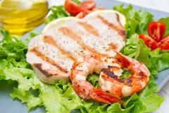 Πιάτο των ψημένων στη σχάρα ψαριών με τις ντομάτες σαλάτας και κερασιών Στοκ φωτογραφία με δικαίωμα ελεύθερης χρήσης