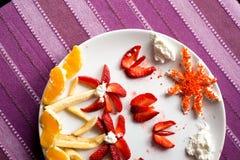 Πιάτο φρούτων διακοσμητικό με το μέρος των χρωμάτων Στοκ Φωτογραφίες