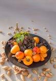 Πιάτο φρούτων με τα σταφύλια, το βερίκοκο και το αμύγδαλο Στοκ Φωτογραφία
