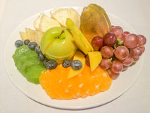 Πιάτο φρούτων με τα σταφύλια, το πορτοκάλι, το μήλο, τον ανανά, το bluebery, το ακτινίδιο και το μάγκο Στοκ εικόνες με δικαίωμα ελεύθερης χρήσης
