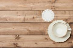 πιάτο φλυτζανιών Ξύλινο υπόβαθρο με το διάστημα αντιγράφων Στοκ Φωτογραφίες