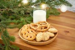 Πιάτο Χριστουγέννων με τα εύγευστα μπισκότα σε ένα παλαιό ράφι στο υπόβαθρο ενός τουβλότοιχος στοκ φωτογραφίες με δικαίωμα ελεύθερης χρήσης