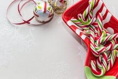 Πιάτο Χριστουγέννων με τους καλάμους καραμελών Στοκ Εικόνα